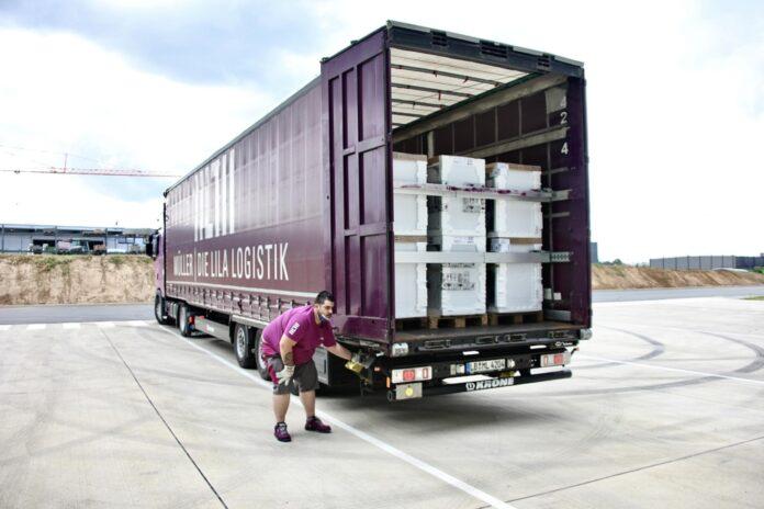 image 1 24 696x464 - Die lila Logistik übernehmen Transporte für Spendenaktion von Bauknecht nach Hochwasserkatastrophe