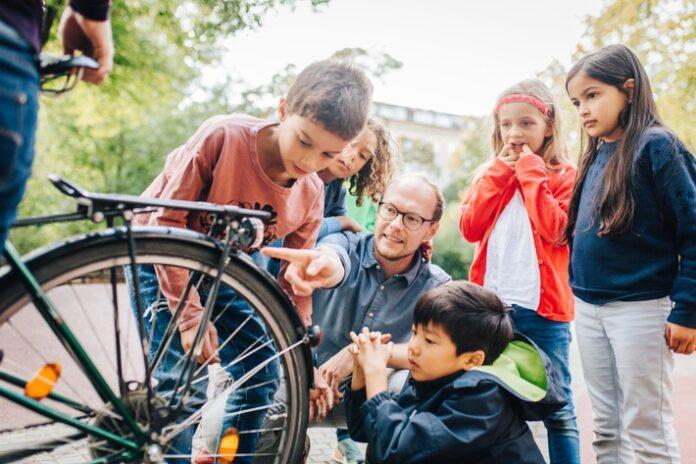 image 1 31 696x464 - Wissen bringt Sicherheit: Fünf Forscherideen, die Kindern helfen, den Straßenverkehr besser zu verstehen