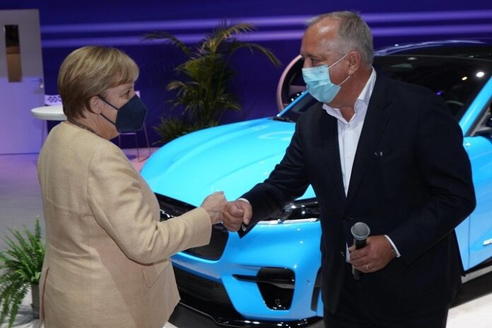 image 1 30 696x464 - IAA Mobility: Angela Merkel besucht den Ford-Stand